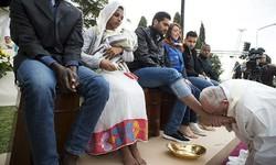 پوپ فرانسس نے مہاجرین کے پاؤں دھوئے اور ان کا بوسہ لیا
