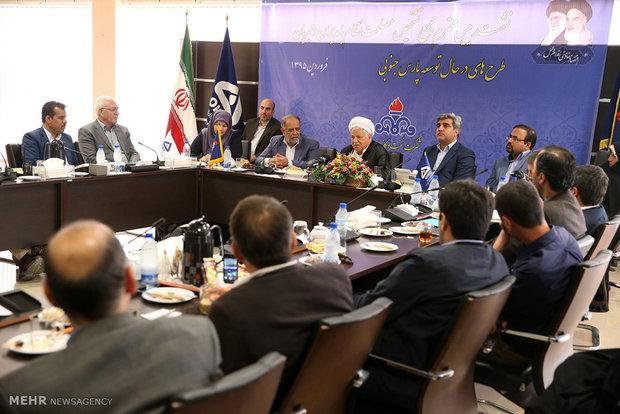 هاشمي رفسنجاني يزور مشاريع عسلوية جنوب ايران