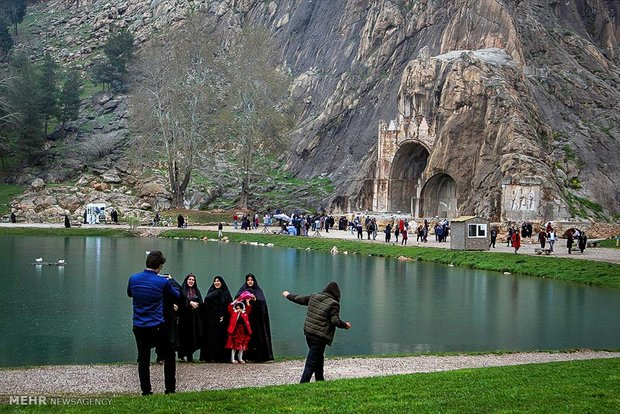 بازدید مسافران نوروزی از طاق بستان