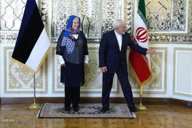 لقاء وزير الخارجية الايراني محمد جواد ظريف و نظيرته الاستونية  ارينا كالجوراند