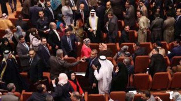 عشرات النواب العراقيون يواصلون اعتصامهم داخل البرلمان