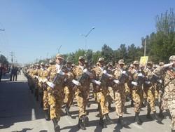 رژه نیروهای مسلح درکرمانشاه برگزار شد/ نمایش سلاح های نقطهزن