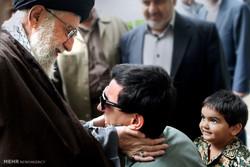 استقبال قائد الثورة الاسلامية أحد محاربي مدافعي الحرم