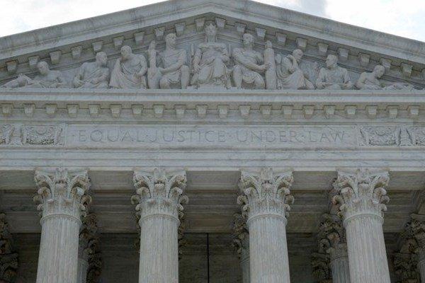 المحكمة العليا في اميركا تؤيد قرار ترامب بحظر وتقييد السفر من دول عدة