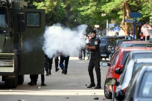 الشرطة المصرية تداهم نقابة الصحافيين وتلقي القبض على صحفيين اثنين معارضين