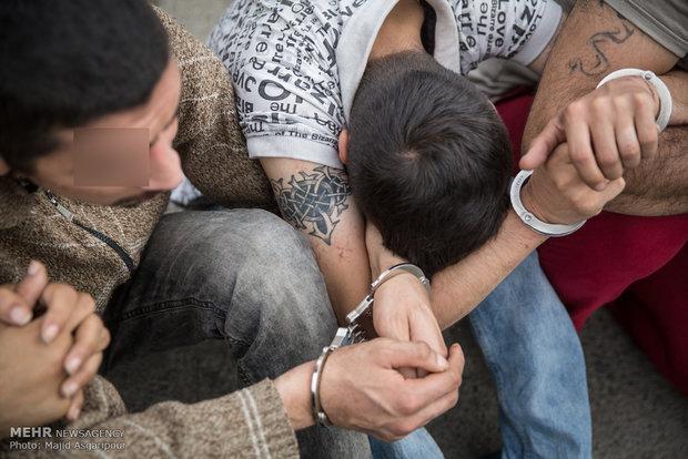 دستگیری سارقان خانه حین سرقت/ بازداشت دزدها در جوی آب