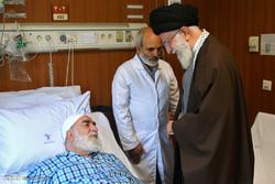 قائد الثورةالاسلامية يقوم بعيادة حجة الاسلام محمدي كلبايكاني في المستشفى