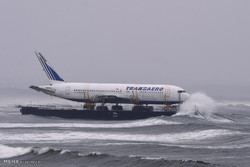 بوئنگ جہاز کی کشتی کے ذریعہ ساحل پر منتقلی