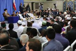 المشاركون بالمسابقات القرآنية الدولية يلتقون قائد الثورة الاسلامية
