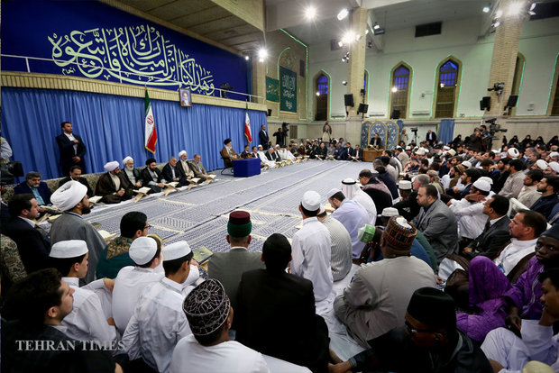 Supreme leader receives participants at 33rd Intl. Quran Competition