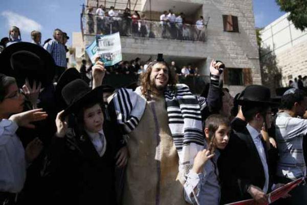 """المستوطنون الصهاينة يُدنسون حرمة """"المسجدالأقصى""""من جديد"""