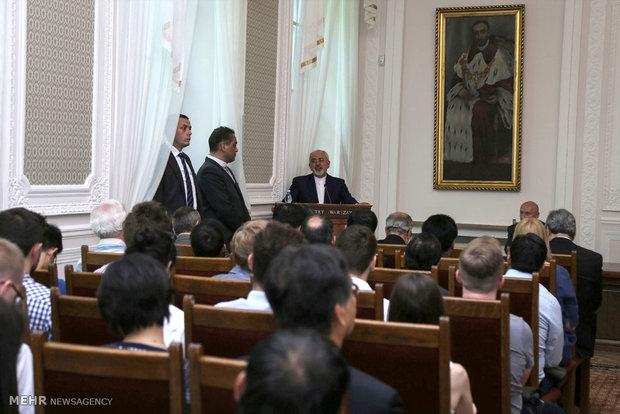 Zarif speaks at Warsaw University