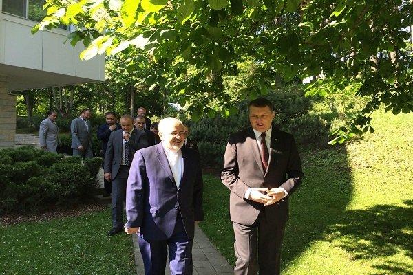 رایزنی ظریف بارئیس جمهور لتونی/تقدیم دعوت روحانی به ریموند ويونيس
