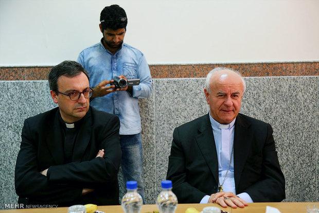 دیدار اسقف اعظم وینچنزو پالیا وزیر خانواده واتیکان با مجتهده زهره صفاتی