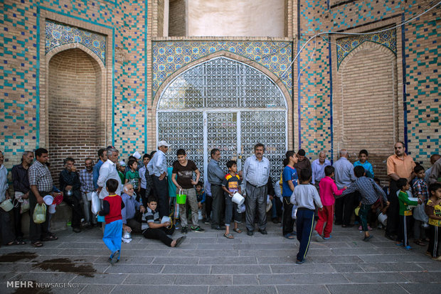 Jame Mosque of Qazvin serves fast people with Ash Reshteh