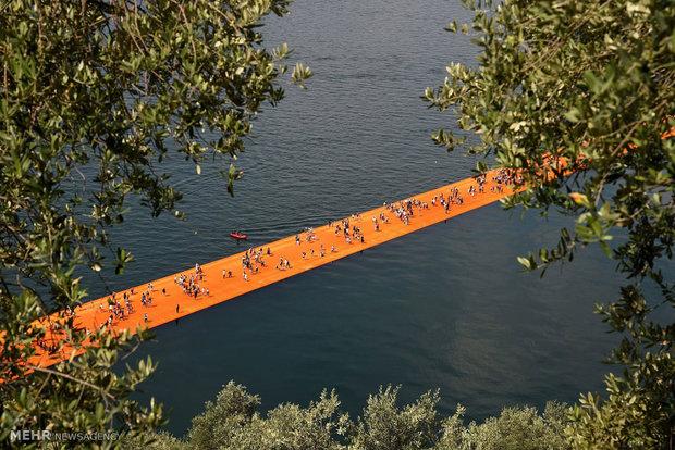 دختر ایتالیایی توریستی ایتالیا پل شناور اخبار ایتالیا The Floating Piers