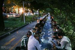 اقامة أكبر مائدة افطار في أحد شوارع طهران
