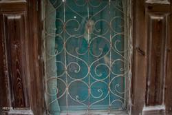 رطوبت هوا و وجود درختان باعث افزایش حشرات شده است به همین دلیل مردم پنجره های خانه را با توری می پوشانند تا از ورود حشرات به داخل خانه جلوگیری شود.
