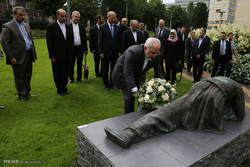 Zarif in Hague pays tribute to victims of chemical weapons