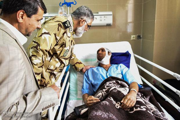 عیادت فرمانده نیروی زمینی ارتش از مصدومان سانحه تصادف اتوبوس سربازان