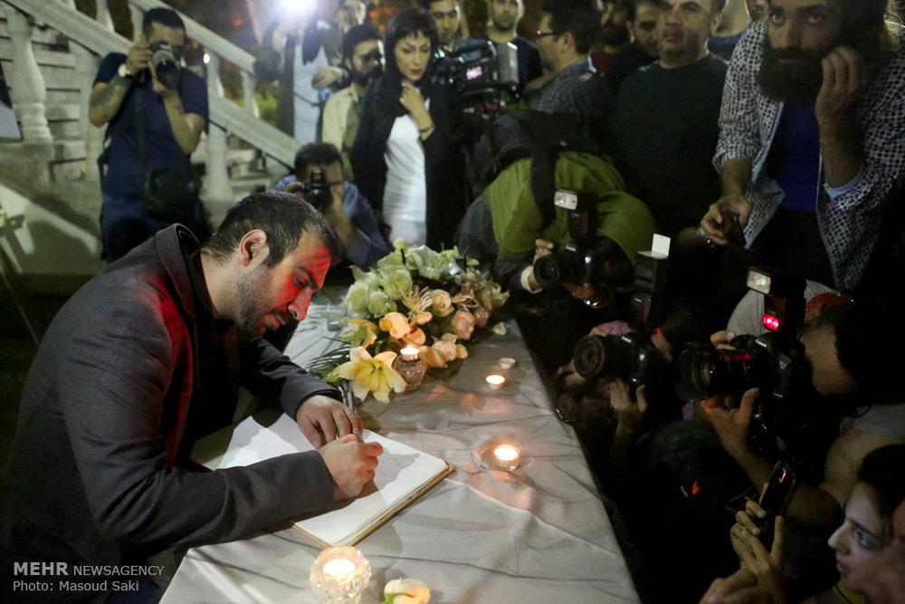 امضای دفتر یادبود برای مرحوم عباس کیارستمی