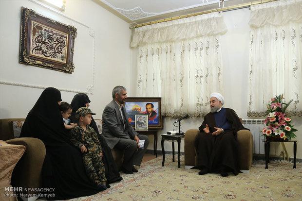 زيارة الريس حسن روحاني لعائلة الشهيد حميد اسد اللهي الذي قضى نحبه دفاعا عن الحرم الزينبي