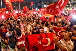 Erdoğan yanlıları sokaklara döküldü!