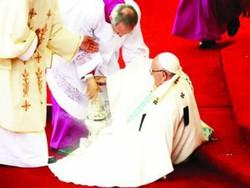 عیسائیوں کے مذہبی رہنما پوپ فرانسیس زمین پر گر گئے