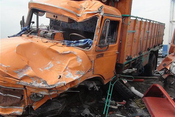 برخورد کامیون با۲خودرو پراید در جاده شهریار ۱۱مصدوم بر جای گذاشت