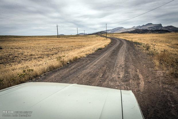 مسیر منتهی به روستای گلسن گورسن شامل 40 کیلومتر جاده خاکی از مسیر جاده اصلی است که با شروع فصل سرما کاملا سفید پوش می شود و مسیر رفت و آمد روستاییان به جاده اصلی کاملا مسدود خواهد شد.