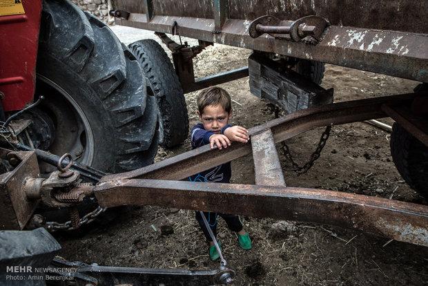 بسیاری از کودکان از امکانات اولیه تفریح محروم هستند. پسرها از سنین کم به ادامه شغل پدرهایشان فکر می کنند.