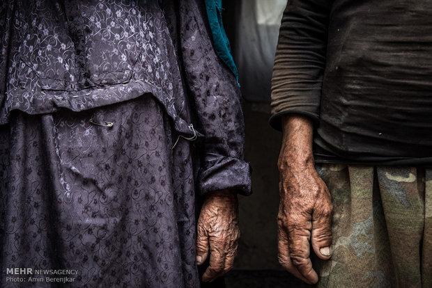 آقای نوری و همسرش ساکن روستای داشگسن، در غیاب فرزندان خود که برای کار در تهران مشغول به کار هستند، با حمایت ارگان های دولتی و یارانه دوران کهنسالی را می گذرانند.