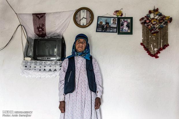 خانم نوروزی ساکن روستای کویج، کلیه فرزندان او برای کار به تهران مهاجرت کرده اند و بعلت گرفتاری و مشغله فرزندان از دیدار آنها محروم است. او دوران کهنسالی را همراه با ناراحتی معده و نداشتن امکانات بهداشتی می گذراند.
