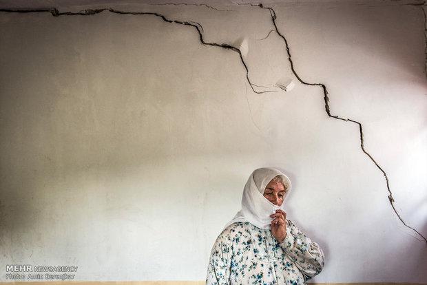 خانم عباسی، زن سرپرست خانوار روستای کویج، او مسئول نگهداری از فرزند معلول و همسر از کار افتاده خود است و تنها مستمری کمیته امداد و یارانه دولتی منبع درآمد خانواده آنهاست.