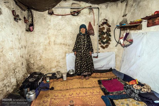 خانم فتحی 78 ساله ساکن روستای کویج، کلیه 6 فرزند او برای کار و گذران زندگی بعلت محرومیت روستا به کلانشهر تهران مهاجرت کرده اند، او بیش از یک سال است که فرزندان خود را ندیده است. مهاجرت نسل جوان موجب افزایش جمعیت سالخوردگان روستا شده است.