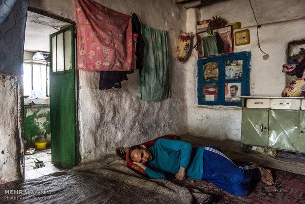 علی رحمتیان 34 ساله، ازکار افتاده ساکن روستای کویج به همراه پدر و مادر و خواهر خود که دچار عقب ماندگی ذهنی است زندگی میکنند. فرزند سوم خانواده بعلت محرومیت روستا و نبود امکانات به تهران مهاجرت کرده است. تنها درآمد خانواده حمایت کمیته امداد و یارانه دولتی است.