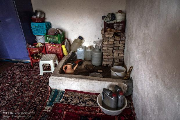 قسمت حمام منزل یکی از روستاییان ساکن روستای گلسن گورسن که بعلت نداشتن آب و مشکلات بهداشتی در بخشی از قسمت اتاق اصلی منزل استحمام می کنند.