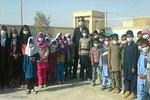 معلم سیستانی برای بچهها لقمه میگیرد