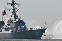 قایق های ایران یک ناوشکن آمریکایی را در تنگه هرمز رهگیری کردند