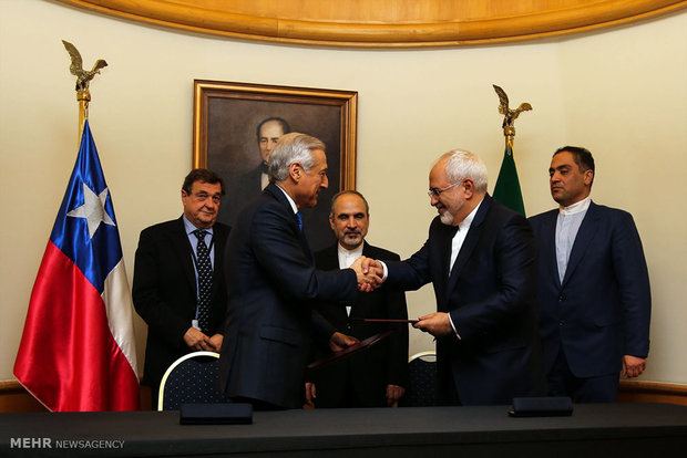 The foreign ministers of Iran and Chile, Mohammad Javad Zarif and Heraldo Muñoz Valenzuela meet in Chilean capital city of Santiago, the fourth stop of Zarif's 6 nation tour of Latin America.