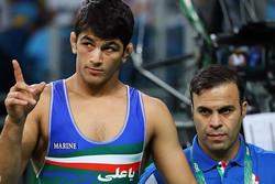 اهدای تندیس استقامت توسط وزیر ورزش به خانواده آرمیده
