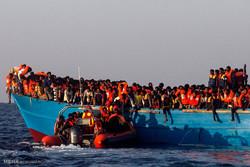 بحیرہ روم میں سیکڑوں مہاجرین کو بچالیا گيا