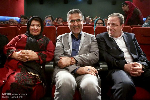 پوران درخشنده و حجت الله ایوبی رئیس سازمان سینمایی در آیین رونمایی از آثار پوران درخشنده