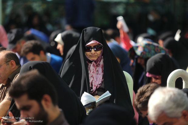 آیین برگزاری دعای عرفه در حسینیه صنف لباس فروش ها