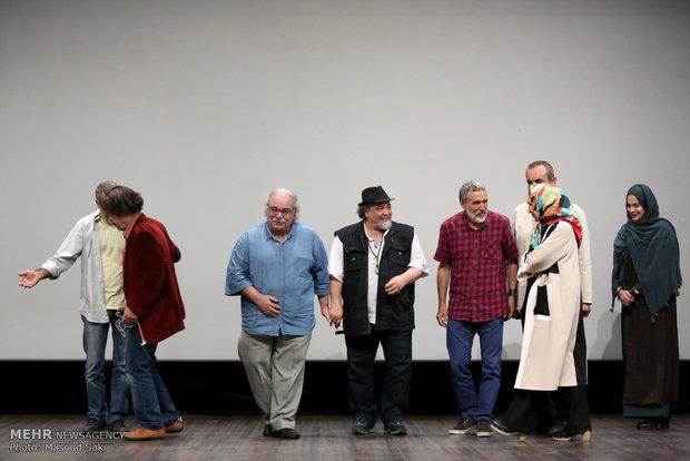 حضور هنرمندان به روی صحنه برای تقدیر از خانواده سردار شهید همدانی