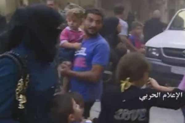فیلم/خروج دهها خانواده از شرق حلب