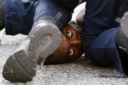 شرطي امريكي يصدم رأس رجل أسود بزجاج السيارة بعنف/فيديو