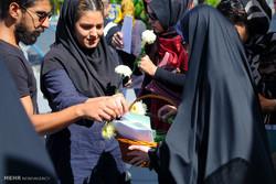 توزیع گل و شیرینی به مناسبت عید غدیر