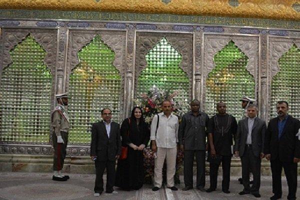 ناشطون من تونس ونيجيريا يزورون مرقد الامام الخميني (ره)