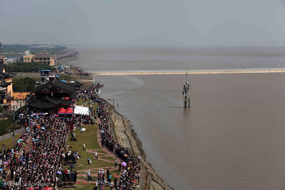 امواج خروشان رودخانه کیانتانگ چین